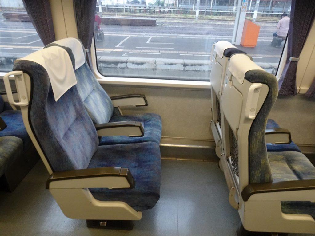 2000系のリニューアルされていない普通車の座席