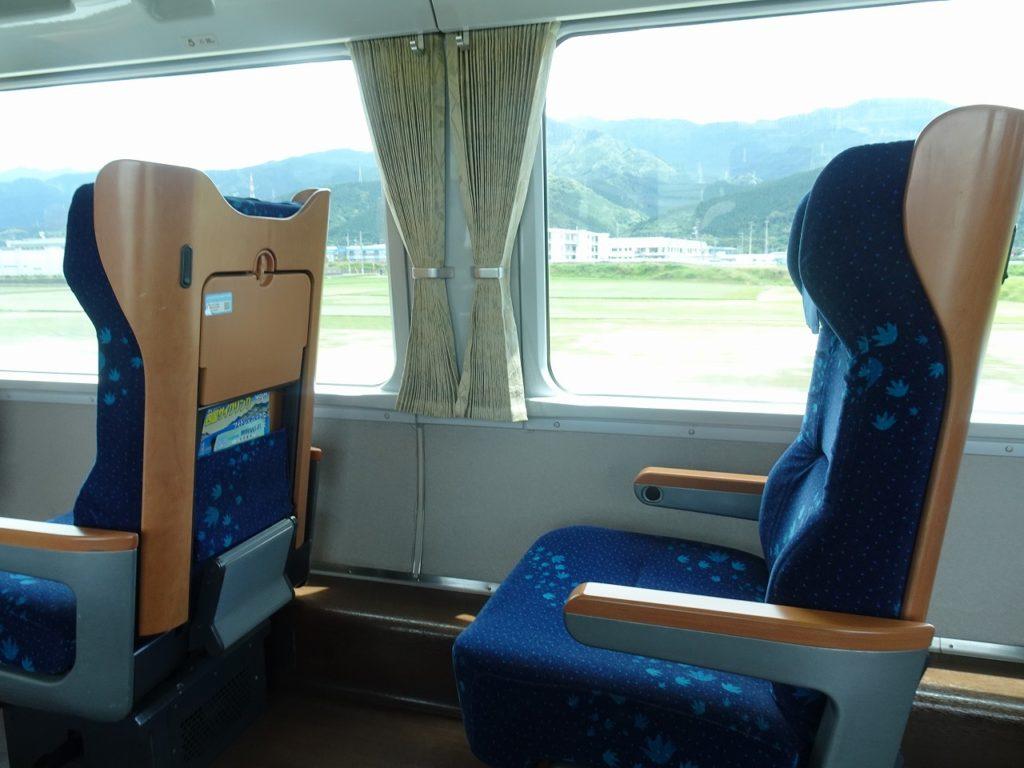 8000系のグリーン車の座席