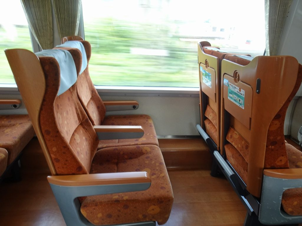 8000系の普通車指定席(リニューアル車)の座席