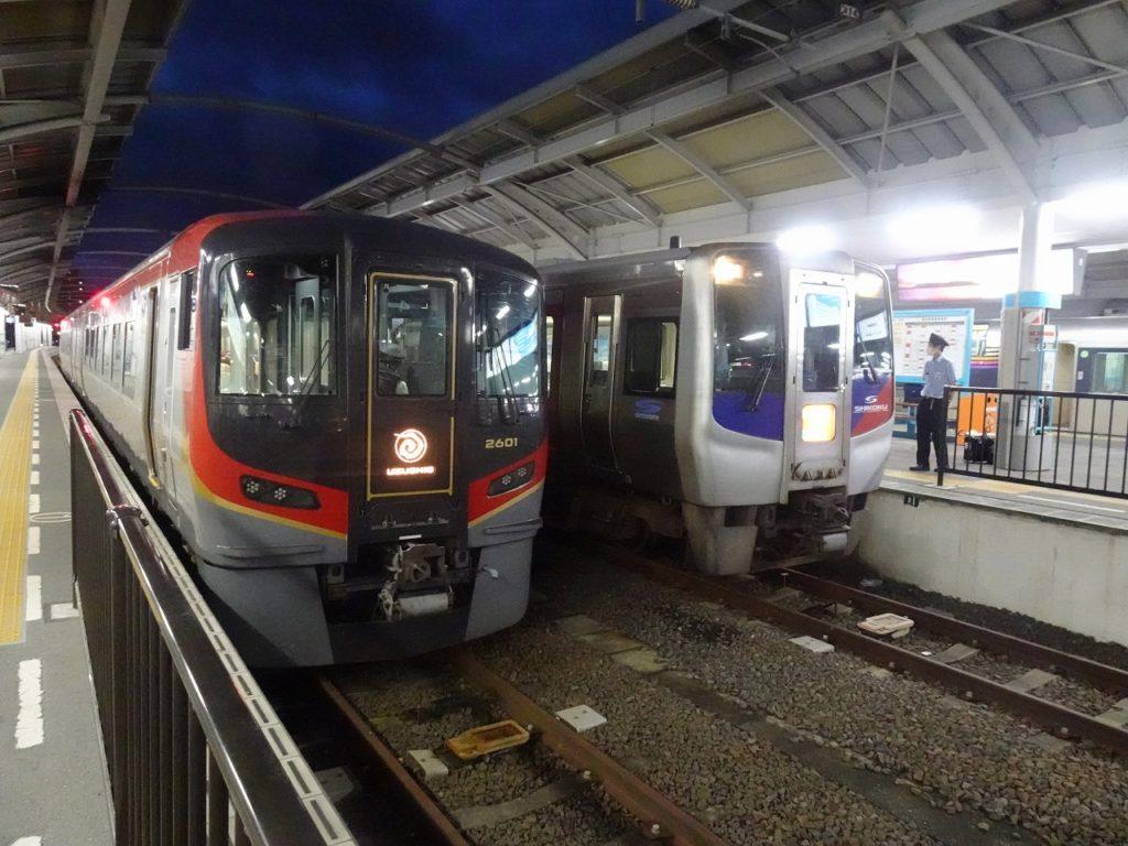 高松駅で並ぶ2600系とN2000系の「うずしお」