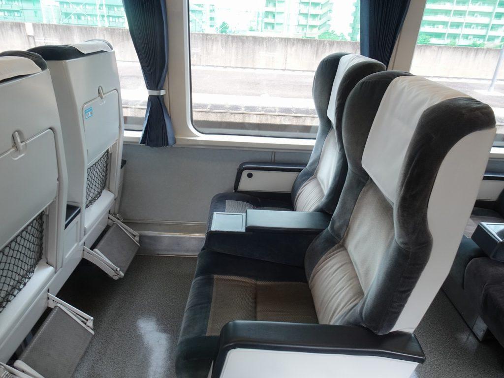 2000系のリニューアルされていないグリーン車の座席