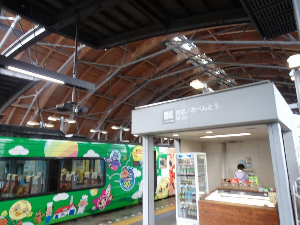 高知駅の特急乗り換えホームにある売店