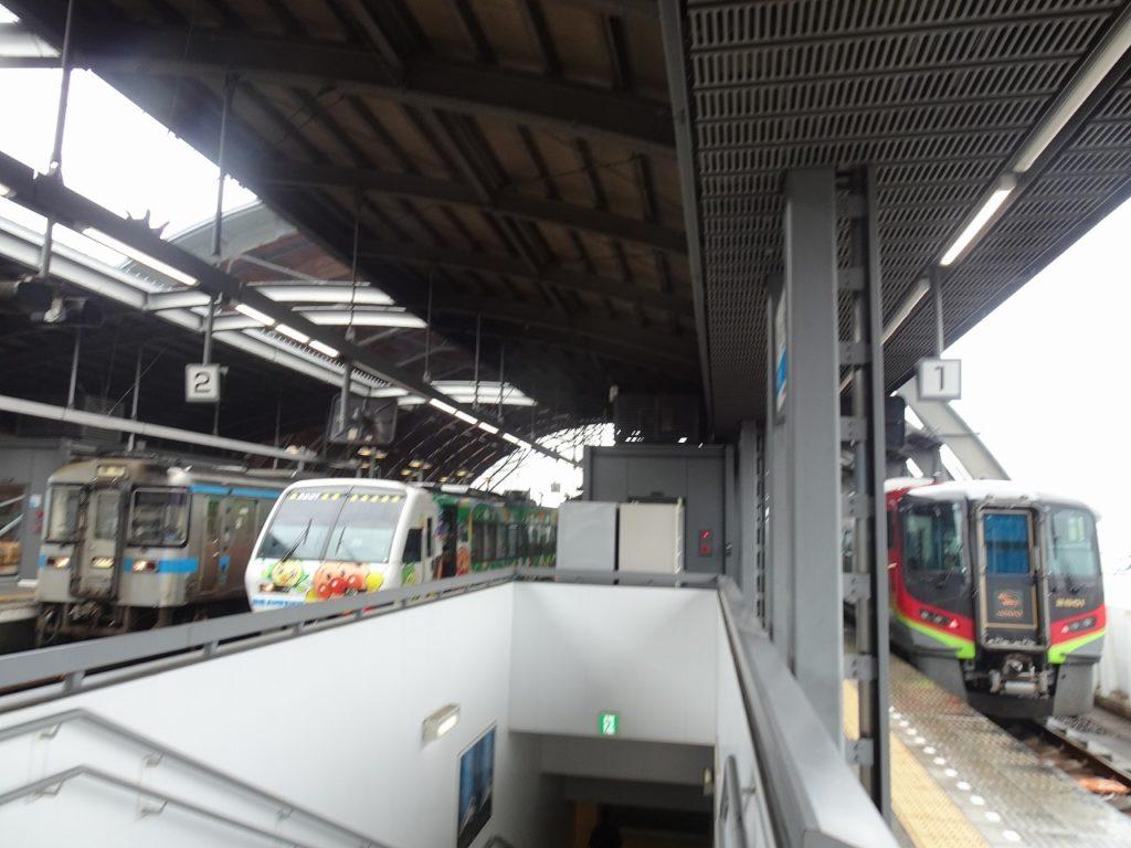 高知駅で並ぶ2700系「南風」と2000系「あしずり」