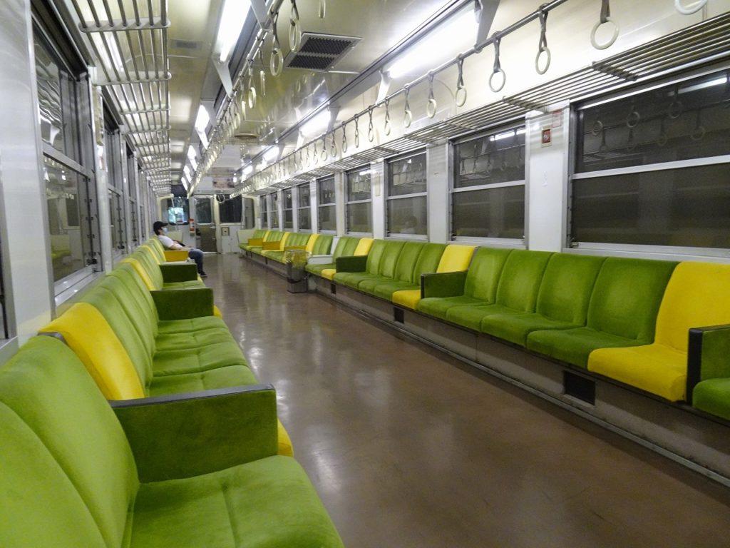 予土線の普通列車の座席はロングシート