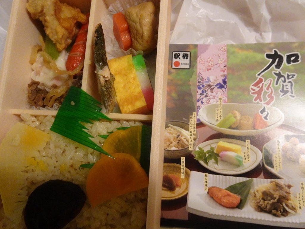 金沢駅の駅弁、加賀彩々。とりわけ炊き込みご飯の香りに格を感じる。