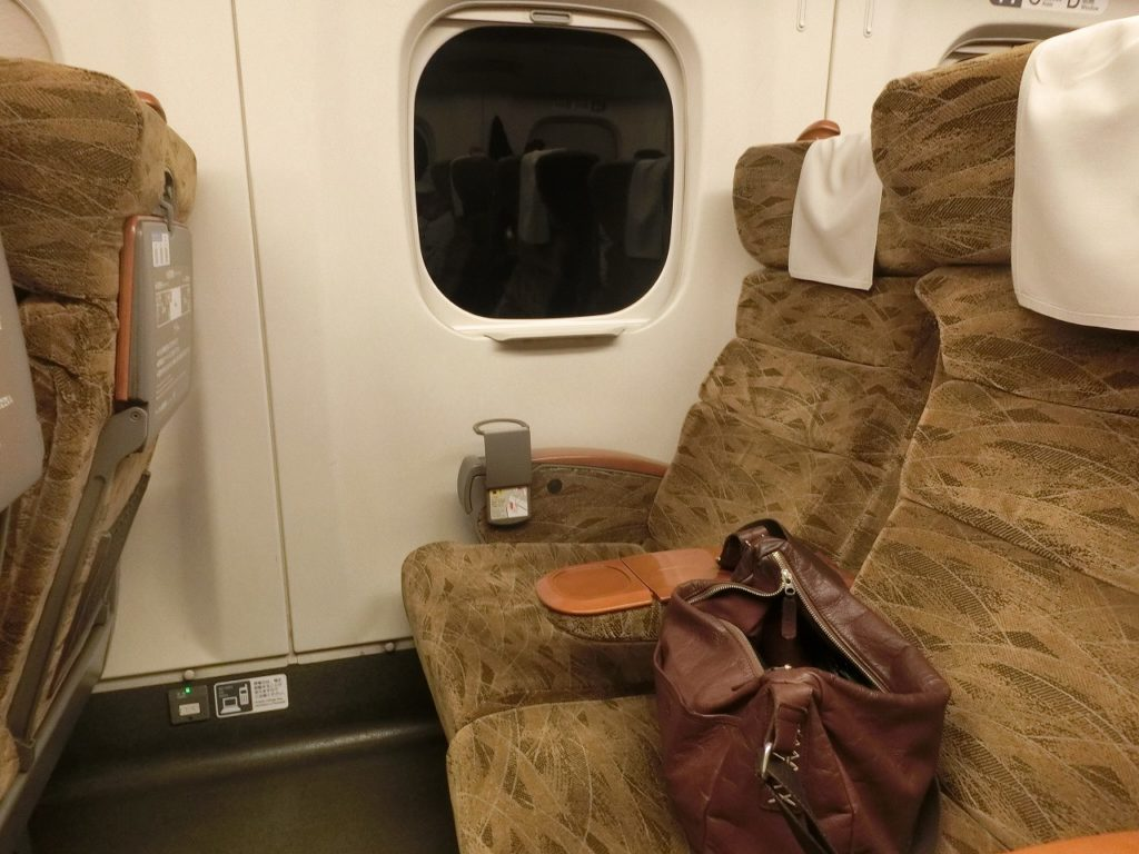 九州新幹線用N700系の普通車指定席の座席