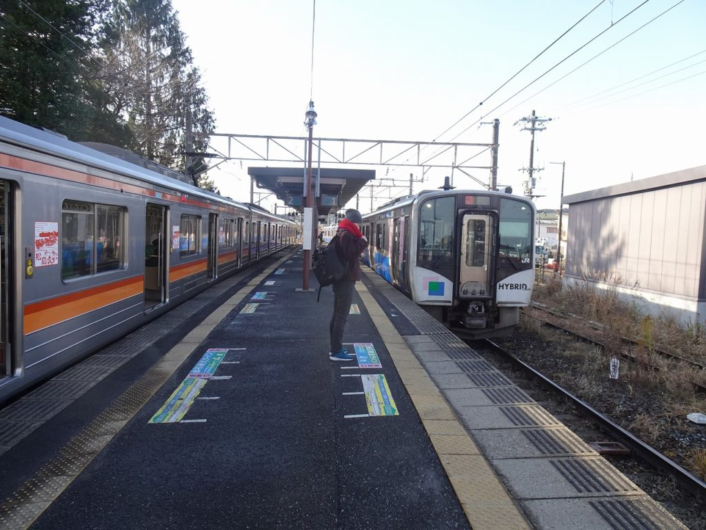 仙石線の電車(左)と仙石東北ラインの気動車(右)