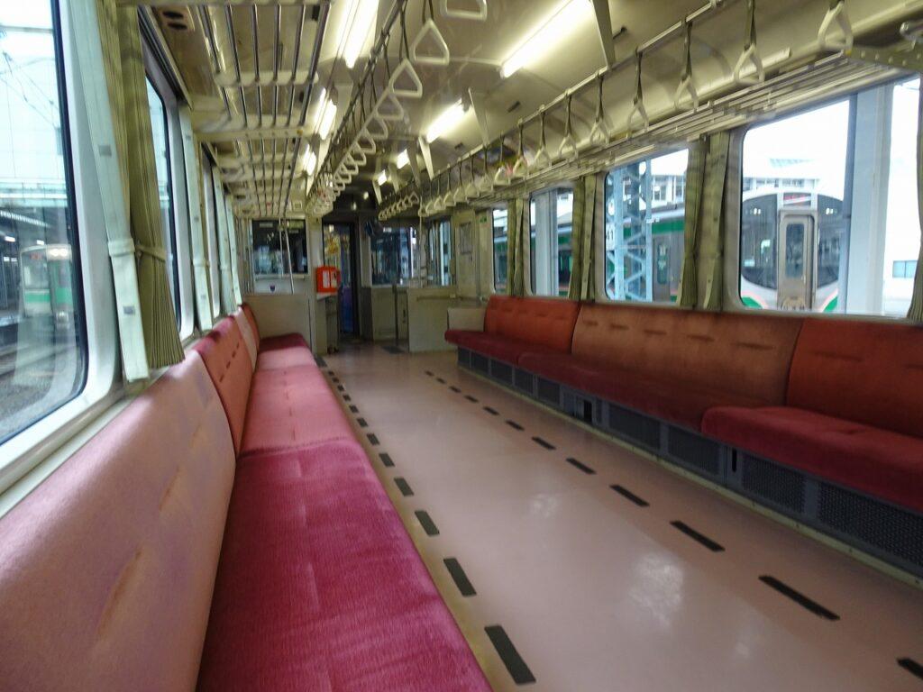 左沢線の列車の車内はロングシート