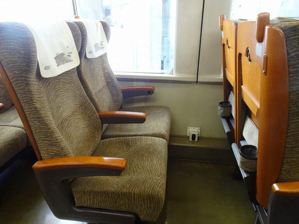 HOT7000系の普通車の座席